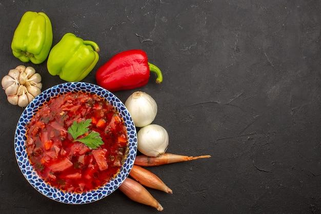 暗い上に新鮮な野菜とウクライナのボルシチの上面図