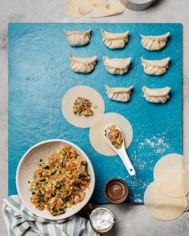 Вид сверху невыпеченной азиатской еды