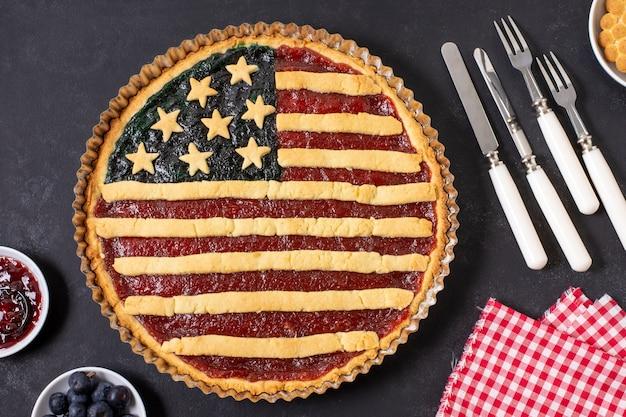トップビューカトラリーと米国旗のパイ