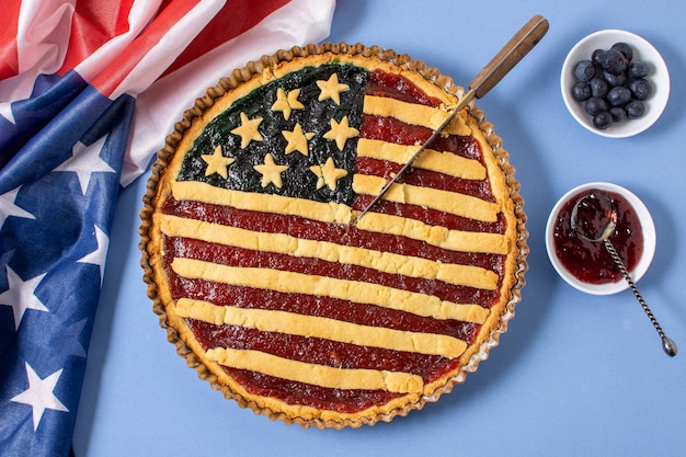 Вид сверху пирог с флагом сша с ножом