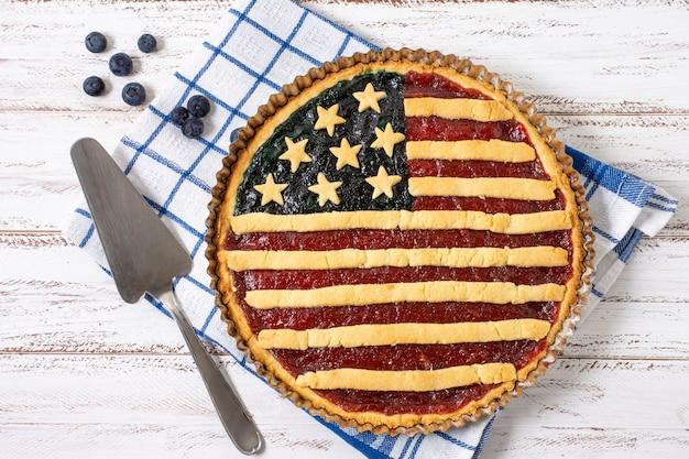 Вид сверху пирог с флагом сша шпателем