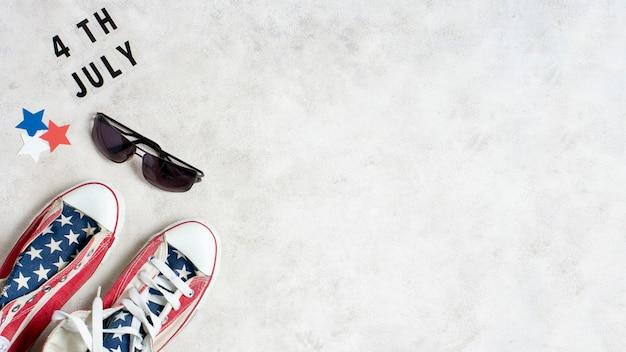 Вид сверху сша флаг кроссовки и солнцезащитные очки с копией пространства