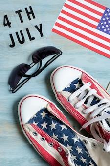 トップビューアメリカ国旗スニーカーとサングラス