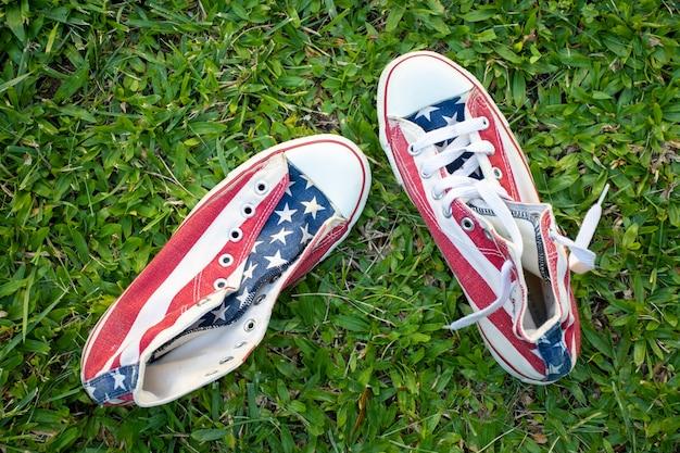 Sneakers bandiera usa vista dall'alto su erba