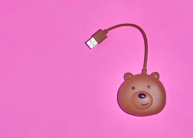 ピンクの背景で隔離のクマの形をした上面図