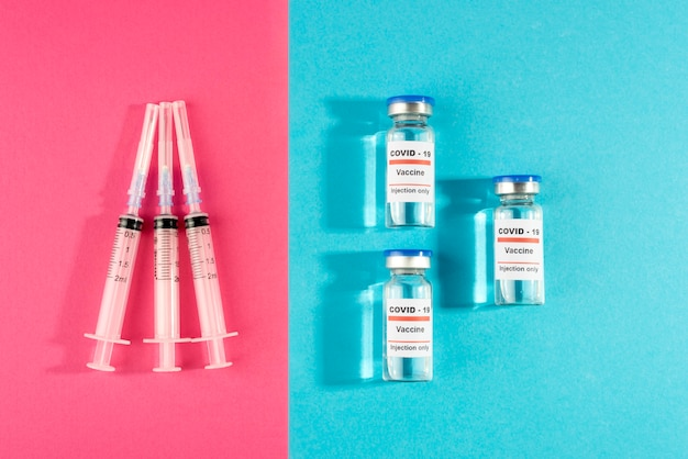 上面図のワクチンバイアルと注射器