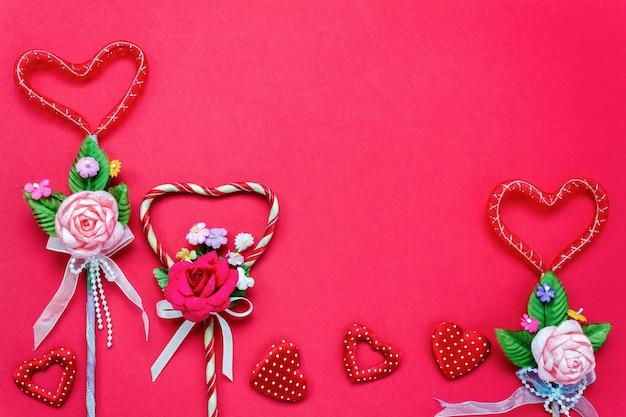 Вид сверху валентина день фон и decorations.love форма букет подарок на красном фоне с копией пространства.