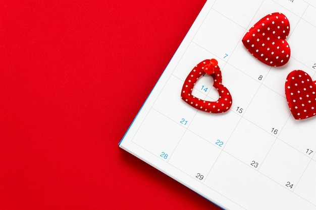 Вид сверху валентина день background.the красный знак пятна 14 февраля в календаре на красном фоне и сердце формы с копией пространства.