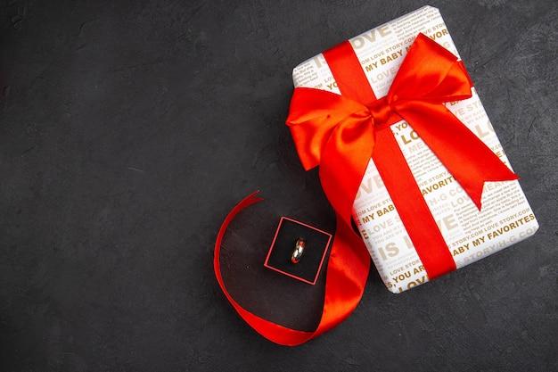 Вид сверху подарочное кольцо на день святого валентина в коробке на темном фоне свободное пространство