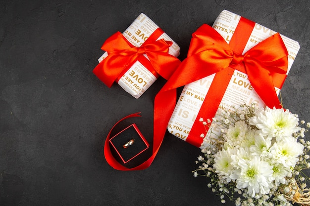 상위 뷰 발렌타인 데이 선물 꽃은 어두운 배경에 상자에 반지
