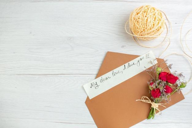 Вид сверху день святого валентина записка на белом фоне сердце пара брак страсть любовник цвета чувство любви