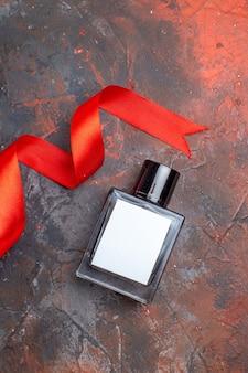Vista dall'alto profumo di san valentino presente su superficie scura colore matrimonio coppia regalo sentimento donna amore