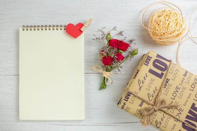 Вид сверху день святого валентина подарок на белом фоне сердце пара брак любовник чувство любовь праздник страсть