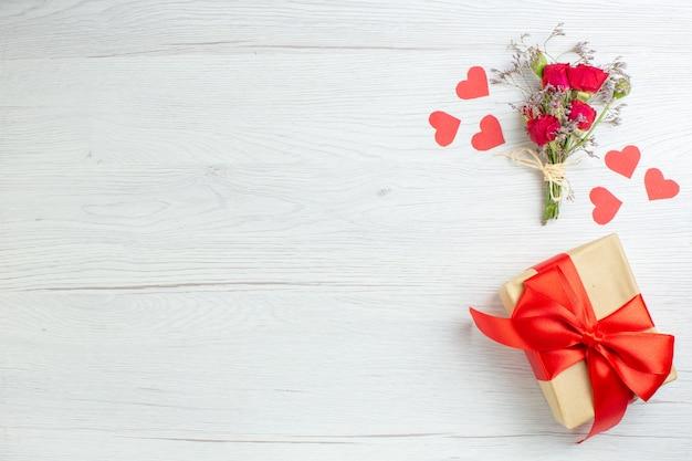 Вид сверху день святого валентина подарок на белом фоне любовь праздник страсть любовник пара брак сердце чувство примечание