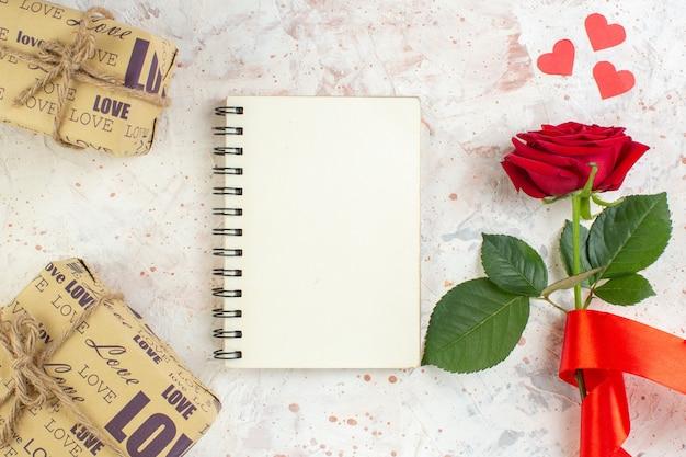 상위 뷰 발렌타인 데이 선물 밝은 배경에 빨간 장미 느낌 열정 커플 사랑 결혼 연인 심장 색