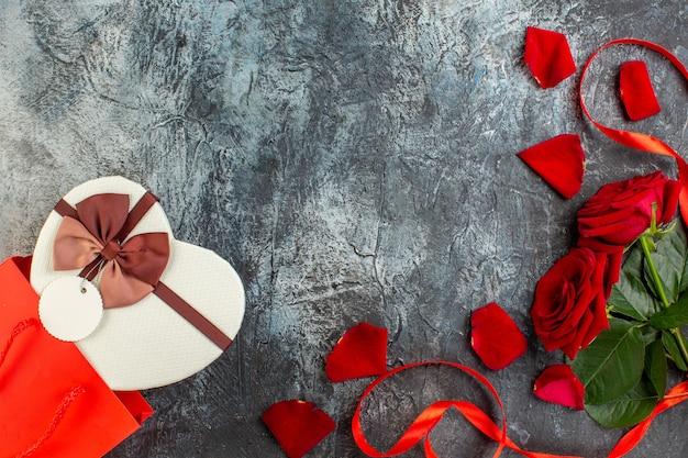 평면도 발렌타인 데이 선물 빨간 장미 밝은 회색 배경 커플 결혼 사랑 휴일 감각 심장 열정