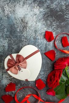 평면도 발렌타인 데이 선물 빨간 장미 밝은 회색 배경 커플 결혼 열정 휴일 느낌 마음