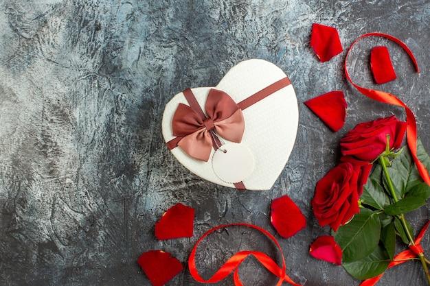 평면도 발렌타인 데이 선물 빨간 장미 밝은 회색 배경 커플 결혼 열정 사랑 휴일 느낌 마음