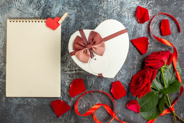 평면도 발렌타인 데이 선물 빨간 장미 밝은 회색 배경 커플 결혼 열정 사랑 휴일 감정 심장
