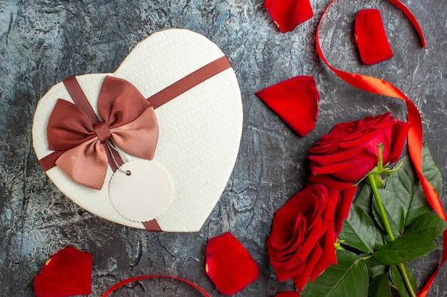 평면도 발렌타인 데이 선물 빨간 장미 밝은 회색 배경 커플 결혼 열정 사랑 휴가 느낌 마음