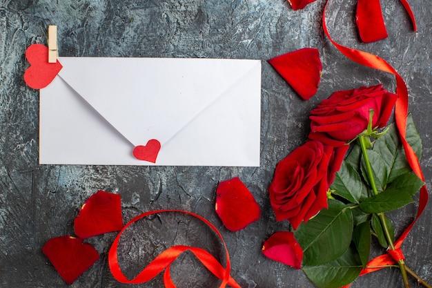 상위 뷰 발렌타인 데이 선물 빨간 장미 밝은 회색 배경에 발렌타인 데이에 대한 메모 커플 결혼 열정 사랑 휴가 느낌 마음