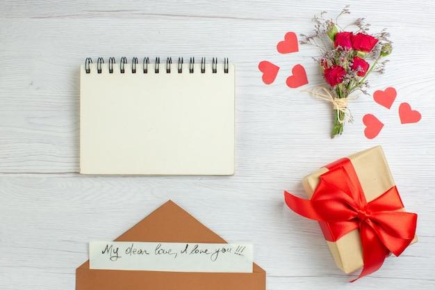 Вид сверху день святого валентина подарок с запиской на белом фоне чувство любовь страсть любовник брак сердце записка пара праздник