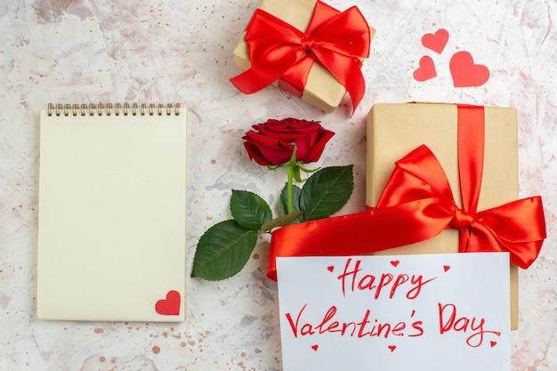 상위 뷰 발렌타인 데이 선물 밝은 배경에 빨간 장미와 함께 사랑 색상 결혼 심장 커플 느낌 연인