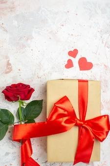 Вид сверху день святого валентина подарок с красной розой на светлом фоне цвет любовник брак сердце любовь роза пара чувство