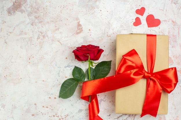 Вид сверху день святого валентина подарок с красной розой на светлом фоне цвет любовник брак сердце любовь роза пара чувства