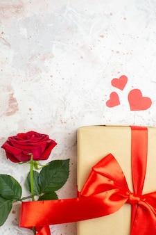 Вид сверху день святого валентина подарок с красной розой на светлом фоне цвет любовник брак сердце любовь роза пара