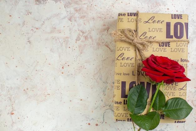 Вид сверху день святого валентина подарок с красной розой на светлом фоне чувство страсть пара любовь брак любовник цвет сердца
