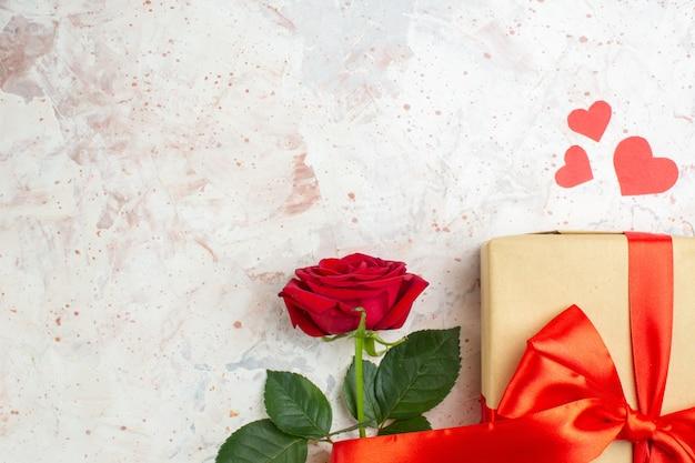 밝은 배경에 빨간 장미와 함께 상위 뷰 발렌타인 데이 선물 사랑 색상 연인 결혼 심장 장미 커플 느낌