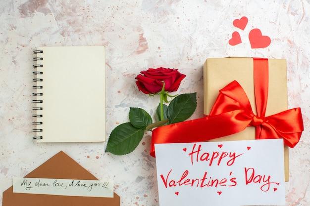 Вид сверху день святого валентина подарок с красной розой на светлом фоне цвет любви брак сердце пара чувство любовника