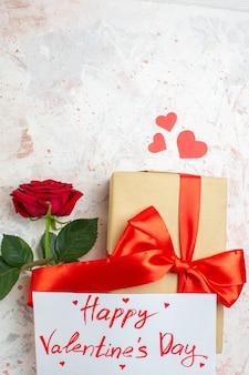 Вид сверху день святого валентина подарок с красной розой на светлом фоне цвет любви брак сердце пара чувство влюбленных