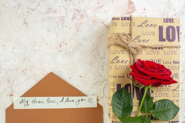 Вид сверху день святого валентина подарок с красной розой на светлом фоне чувство брака страсть пара любовь любовник цвет сердца примечание