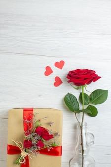 상위 뷰 발렌타인 데이 선물 흰색 배경에 빨간 장미와 함께 열정 느낌 커플 결혼 심장 연인 휴일 사랑