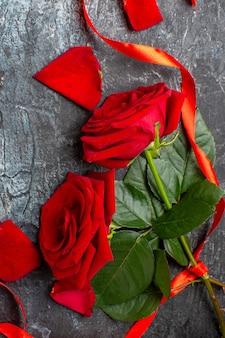 빨간 장미와 회색 배경에 메모와 함께 상위 뷰 발렌타인 선물 커플 결혼 사랑 휴가 느낌 마음