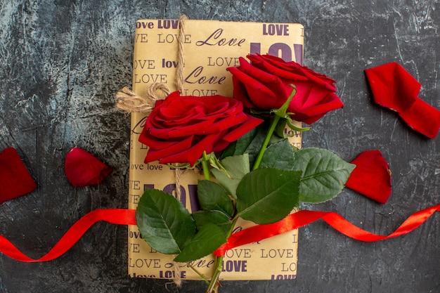 상위 뷰 발렌타인 데이 회색 배경에 빨간 장미와 선물 커플 결혼 사랑 휴일 심장 열정 느낌