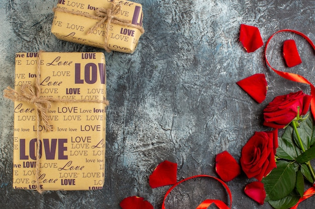 밝은 회색 배경에 빨간 장미와 함께 상위 뷰 발렌타인 선물 커플 결혼 사랑 휴가 감정 심장 열정