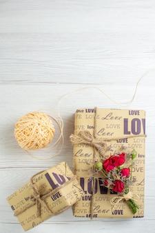 상위 뷰 발렌타인 데이 흰색 배경에 선물 커플 결혼 열정 사랑 연인 심장 색상 느낌