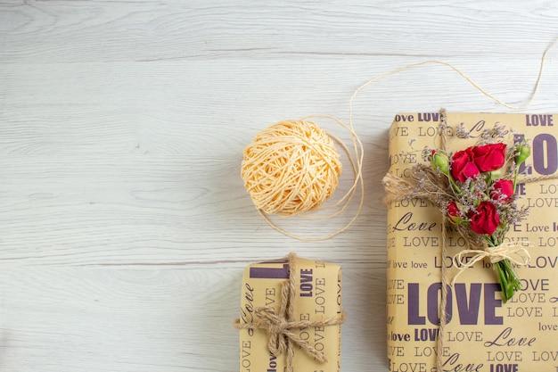 상위 뷰 발렌타인 데이 흰색 배경에 선물 커플 결혼 열정 사랑 연인 심장 색상 감정