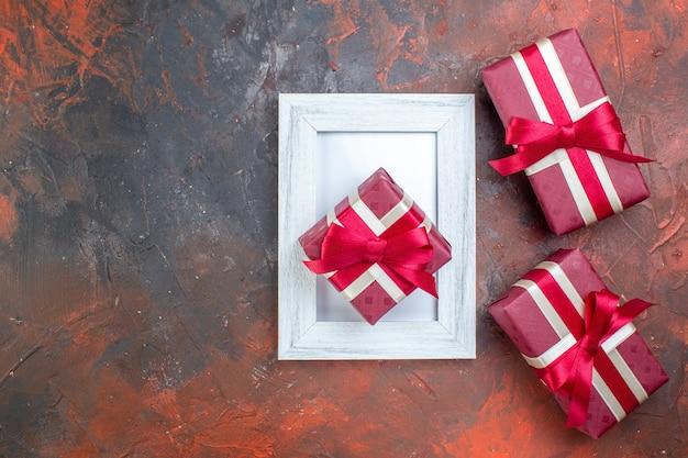 Vista dall'alto regali di san valentino in confezione rossa su superficie scura colore amore ti amo regalo sentimento d'amore