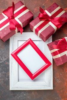 Vista dall'alto regali di san valentino con cornice su superficie scura ti amo sensazione di amore foto amante regalo a colori