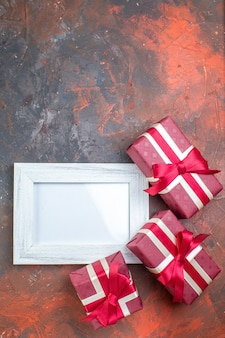 Vista dall'alto regali di san valentino con cornice su superficie scura ti amo sentimento amore foto amante colori regalo