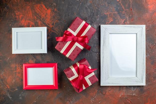 상위 뷰 발렌타인 데이는 어두운 배경 사진에 액자가 있는 선물을 제공합니다.