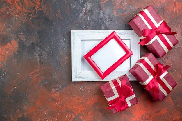 상위 뷰 발렌타인 데이는 어두운 표면에 그림 프레임을 제공합니다. 선물 사랑 사진 애호가 색상을 느끼는 당신을 사랑합니다.