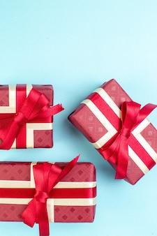 Вид сверху подарки на день святого валентина с красным бантом на синей поверхности пара цвет я люблю тебя фото подарок любовь духи чувство