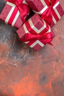 Vista dall'alto regali di san valentino con fiocchi rossi su superficie scura ti amo regalo di colore amore sentimento coppia di innamorati