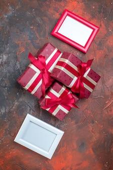 Vista dall'alto regali di san valentino con fiocchi rossi su superficie scura colore amante ti amo foto regalo amore sentimento coppia