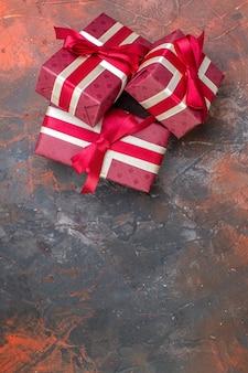トップビューバレンタインデーは暗い表面に赤い弓でプレゼント私はあなたを愛しています写真カラーギフト愛感恋人カップル